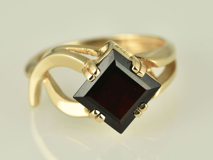 Ring in 14 kt rose gold.  Garnet Size: 52 (16.7 mm in diameter)