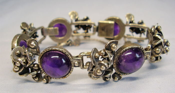 Solid bracelet with natural amethyst cabochons of 55 ct in total.