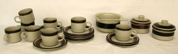 "Anja Jaatinen-Winquist for Arabia - 8 cups and saucers with three jars ""Karelia"""