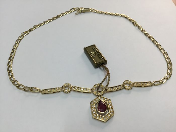 18kt Yellow Gold Necklace with 1.5 ct Teardrop Ruby and 69 Diamonds of approx. 0.69 ct - Length: 40 cm - Gold Weight: 18.3 g.