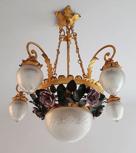Chandelier realised by Baglini, Chiavari in wrought iron and gold leaf - decorated with a floral motif (roses) - floral pattern with roses - with five pendants lights and a frosted glass central ceiling lamp - Italy, 20th century