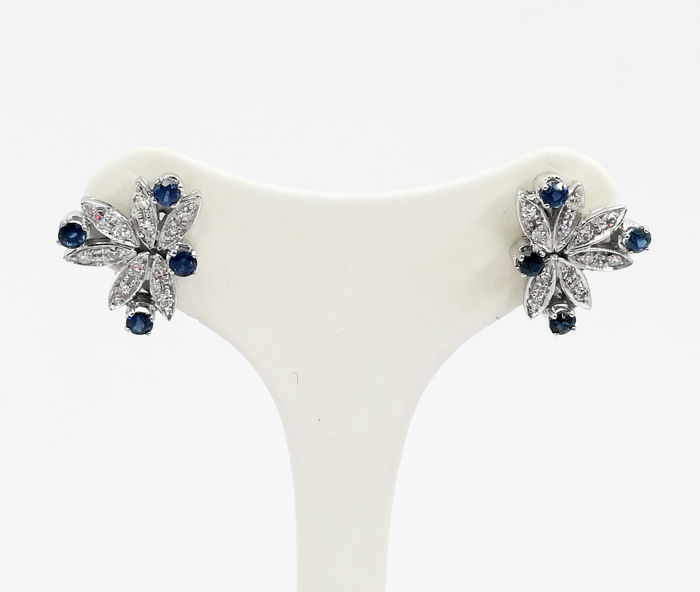 White gold earrings (18 kt) with 0.24 ct brilliant cut diamonds and 0.56 ct sapphires, size 2 × 1.5 cm