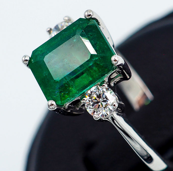 Vivid Green Emerald Ring 2.92 ct - 18kt White Gold & 0.37ct White VS Diamonds  - AIG Report