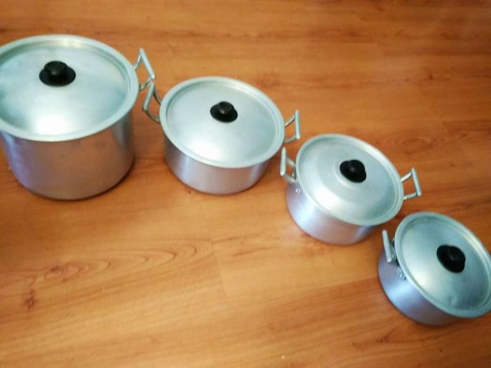 Set of 4 pots in aluminium and 6 coffee cups in tin