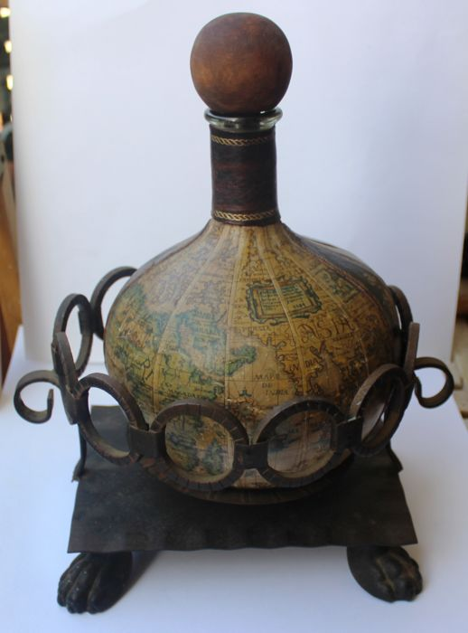 Designed bottle with carillon - with an old world map - in Italian