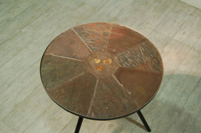 Unknown artisan - Unique handmade side table, slate top with inlaid ammonite / trilobite