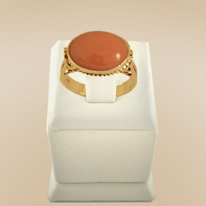 Ring made of 14 kt Yellow gold with salmon-red Mediterranean coral as good as new
