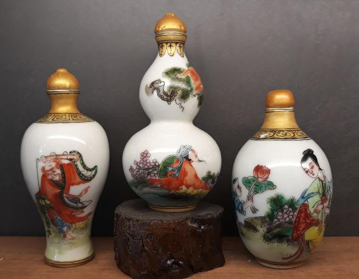3  porceleinen snuff bottle's , Diverse personen    - China - laat 20e eeuw