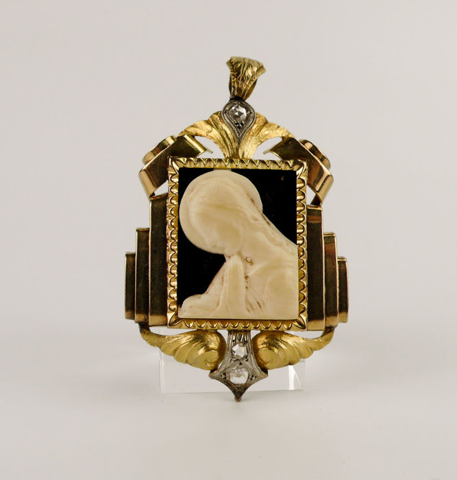 Pendant of gold 18 kt and diamonds with bone carving - Ca. 1930 - 9.6 grams