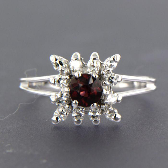 18 kt white gold ring set with garnet and diamond