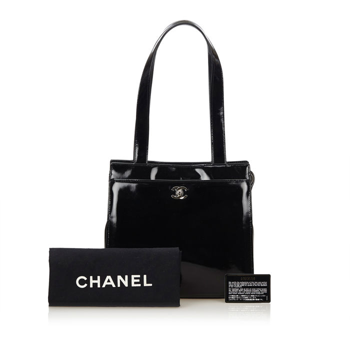 b850428eff7010 Chanel - Patent Leather Shoulder Bag - Catawiki