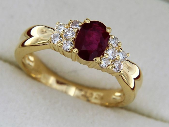 18 kt gold ring with central ruby, and diamonds - Size 57