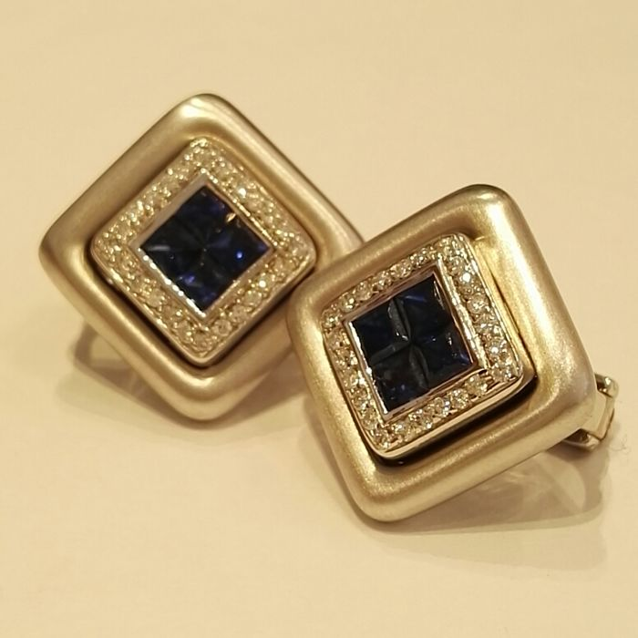 18 kt white gold earrings with 0.32 ct brilliant cut diamonds, colour G, clarity VS and 0.56 ct carrè cut sapphires 0.90 ct