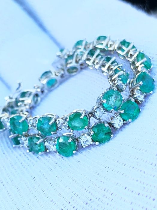 Exclusive tennis bracelet in 18 kt white gold with 12.5 ct emeralds and 1.6 ct diamonds, VVS/F ****No Reserve****