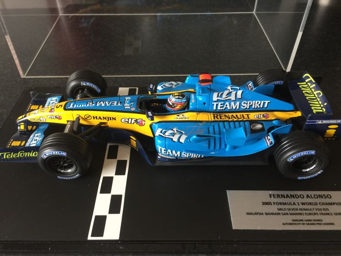 MiniChamps - 1:18 - Renault R25 2005 Signed by Fernando Alonso - COA - F1 World Champion 2005