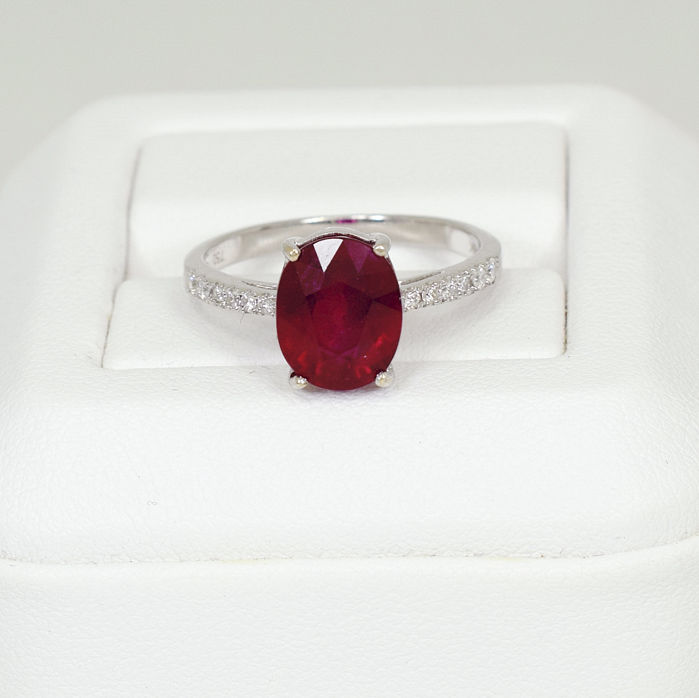 18 K white gold ring with 4.37 ct ruby and 0.15 ct VS, F-H diamonds - size 57 (FR) 8 (US) - NO RESERVE PRICE
