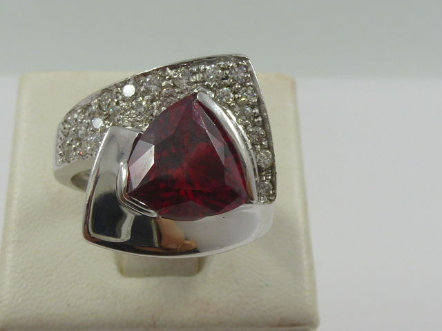 18 kt ring with tourmaline and 0.40 ct diamonds - size 15