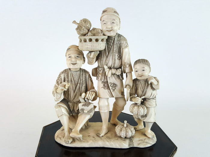 Ivory group okimono of fruit sellers - Japan - ca. 1890-1900 (Meiji Period)