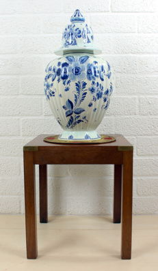 An oak side table with large Delft-Blue vase with ribbed lid