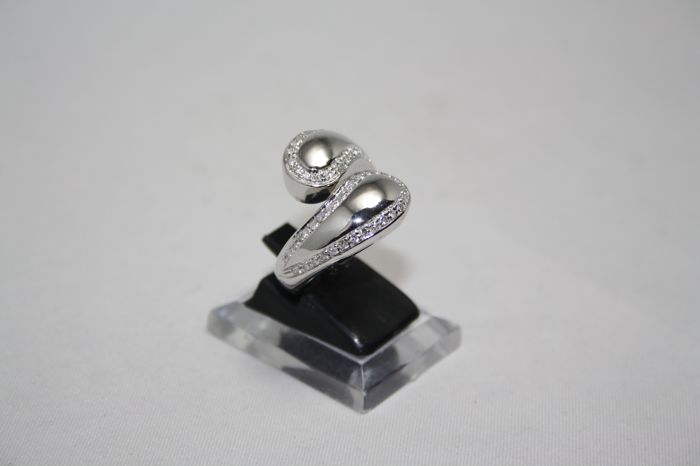 Contrarie ring in 18 kt white gold with 0.70 ct diamonds, size 52