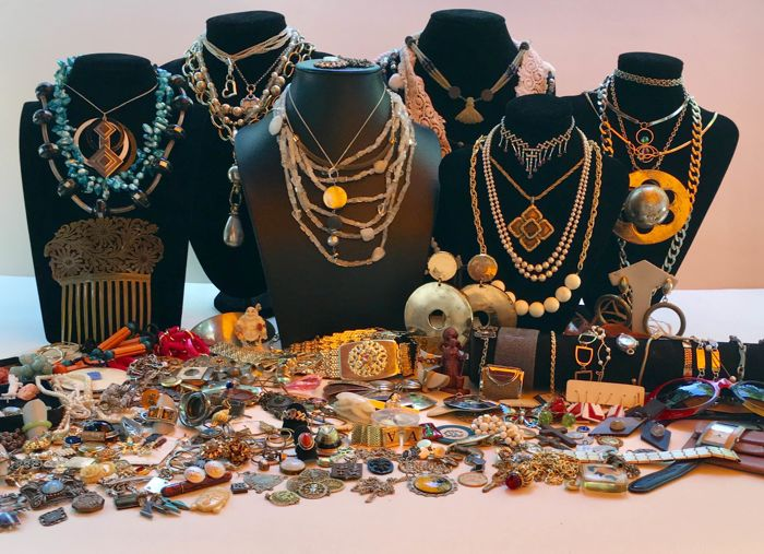 More than 200 pieces of jewellery and objects, antique vintage and modern