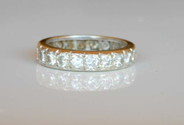 American wedding ring with 22 diamonds of 1.54 ct F/G and VVS superb shine in 18 kt white gold