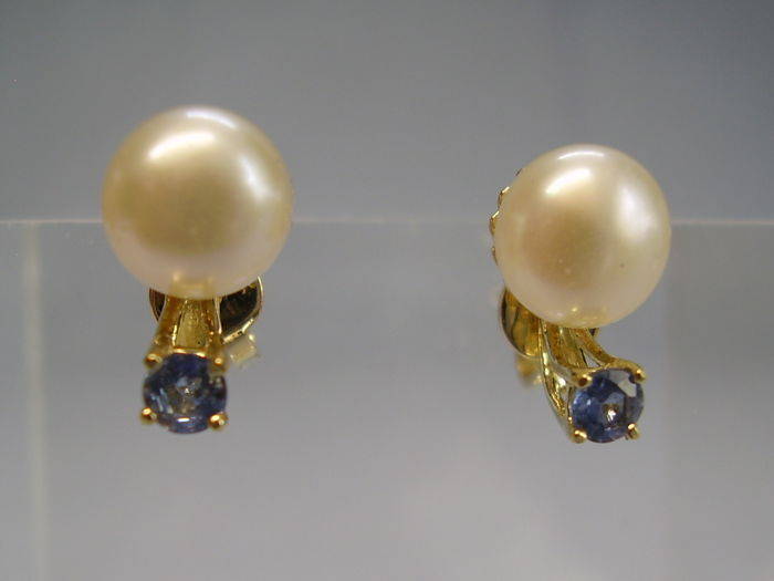 14 kt gold earrings with natural, blue faceted sapphires weighing 0.30 in total and white cultured pearls.