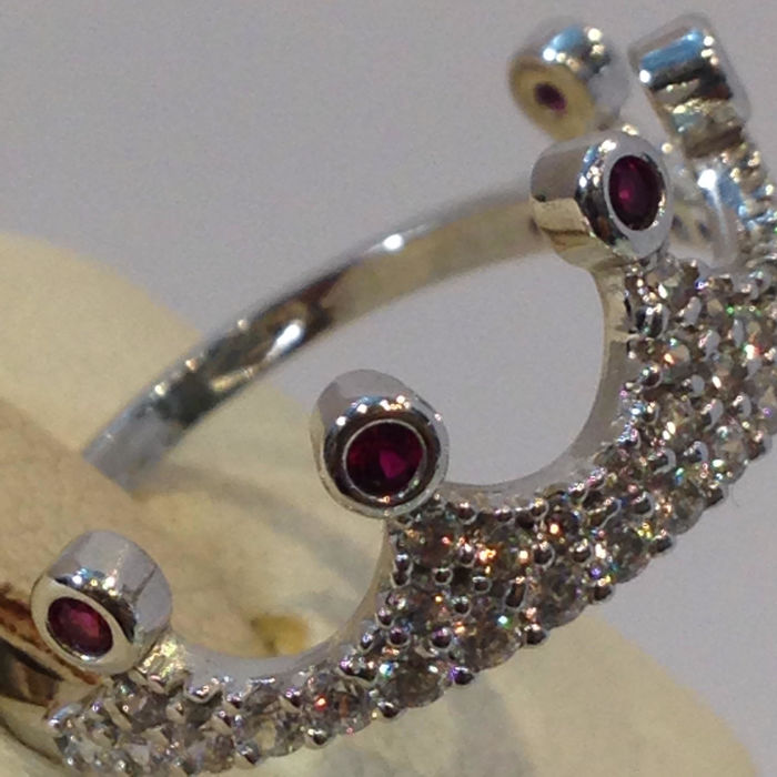 Crown ring in 18 kt white gold with diamonds of 0.10 ct I/VS2 and rubies of 0.05 ct Size: 15/2