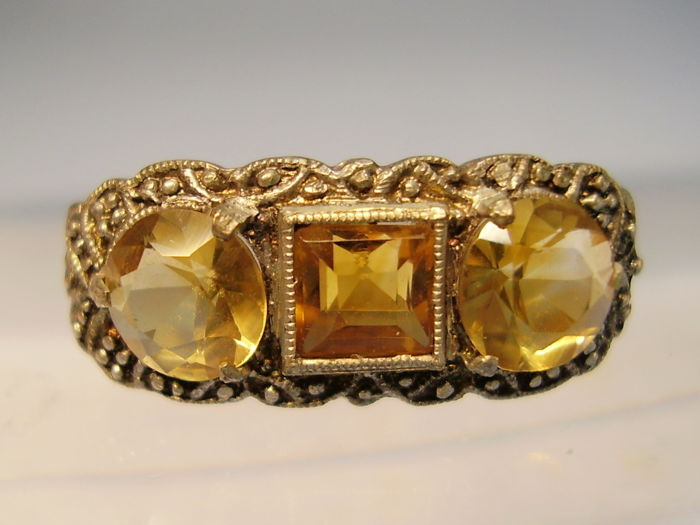 Original Art Deco ring with faceted gold yellow natural citrines of approx. 2.5 ct in total.