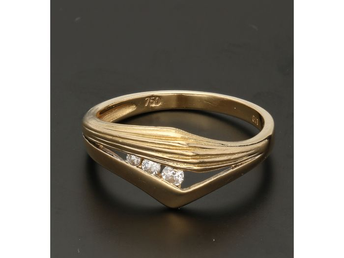 18 kt - Yellow gold ring set wtih 3 brilliant cut diamonds of approx. 0.09 ct in total - Ring size: 17.75 mm