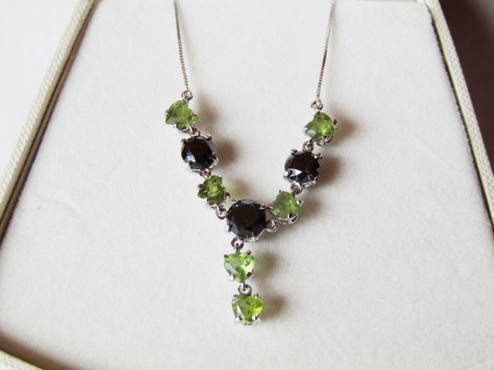 18 kt white gold necklace with 4.24 ct black diamonds and 3.60 ct peridot hearts. New item of jewellery, made in Italy