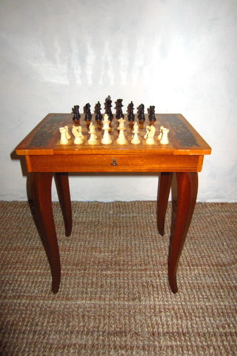 Vintage wooden chess table with inlaid wood (Intarsia), wooden chess game and Swiss music box - Wooden Intarsia Chess table with wooden chess pieces Swiss music box