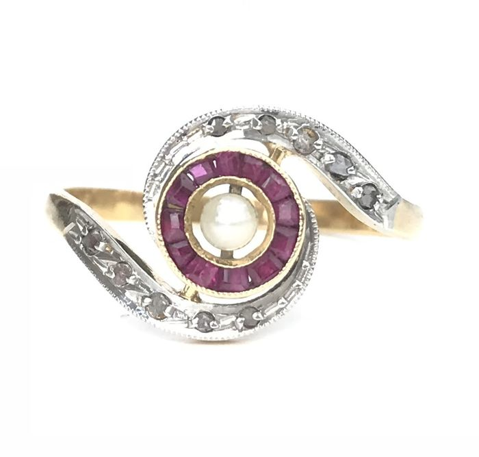 Art Deco whirlwind ring in 18 kt gold, centred with a fine pearl circled with calibrated rubies and diamonds (0.34 ct) ** No reserve price **