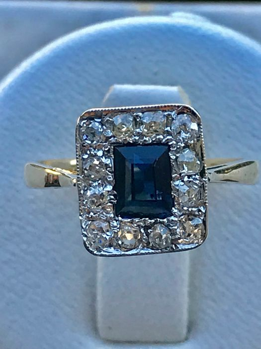 Antique Art Deco Ring in 18 kt gold with a sapphire (0.33 ct) in the centre surrounded by diamonds
