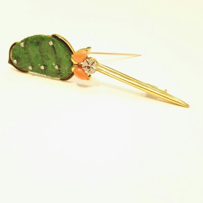Gold brooch made of engraved jade, with two small cabochon coral droplets and brilliant cut diamonds, colour H, clarity VS, 0.15 ct