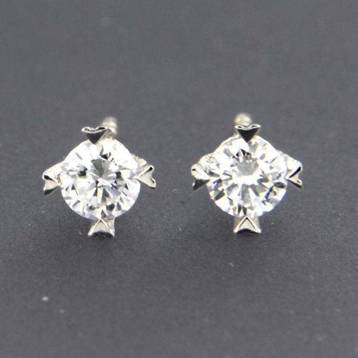 14 kt white gold solitaire stud earrings set with brilliant cut diamond of approx. 0.32 ct in total - size: 4.7 mm wide