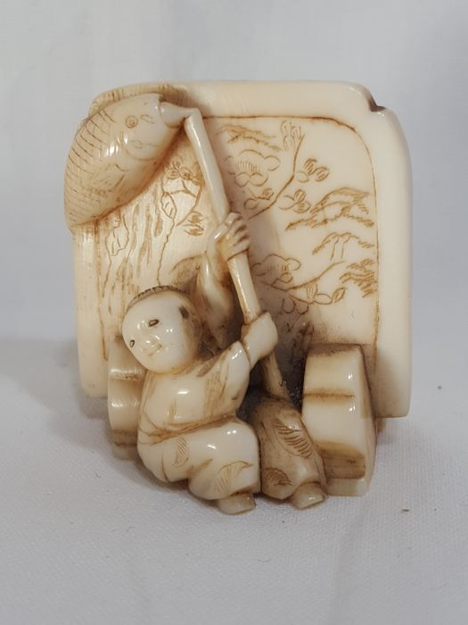 Ivory okimono netsuke - Karako (Chinese child) with koinobori (carp-shaped decoration) in front of a screen - Japan - Late 19th/early 20th century (Meiji period)
