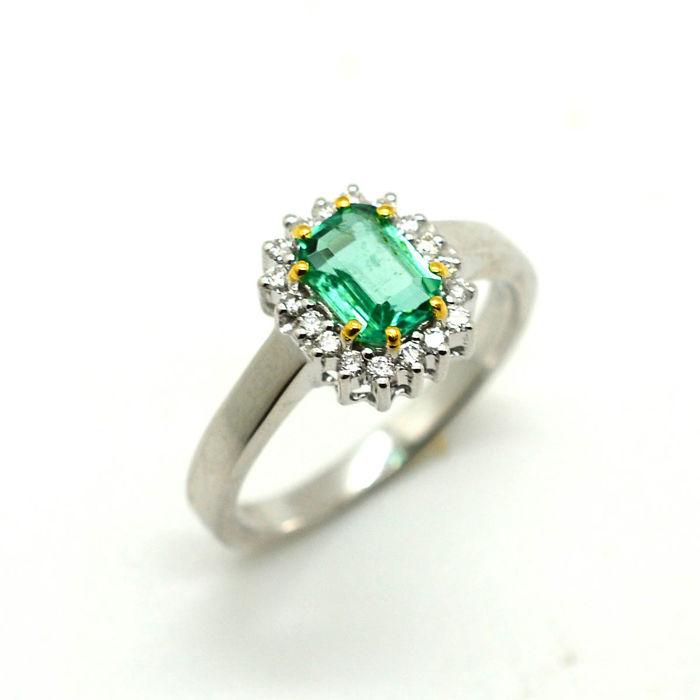 Ring in 18 kt gold with emerald and brilliant cut diamonds totalling 1.10 ct