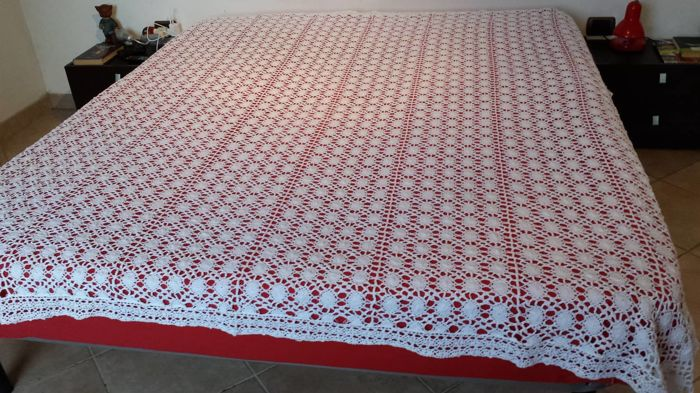 Merveilleux Crochet Double Bedspread Or Tablecloth   Ecru Filet And White Cotton