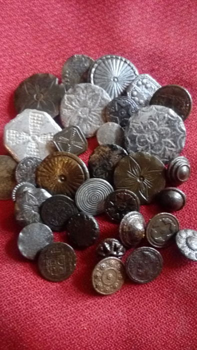 Beautiful lot of buttons - 0.8 - 3 cm - pieces (32)