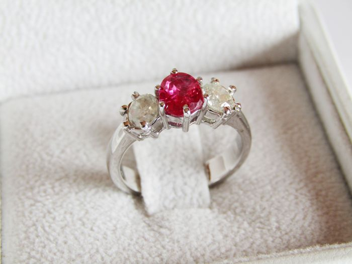 18 kt gold trilogy ring with 1.01 ct Madagascan ruby and 0.82 ct diamonds, made in Italy