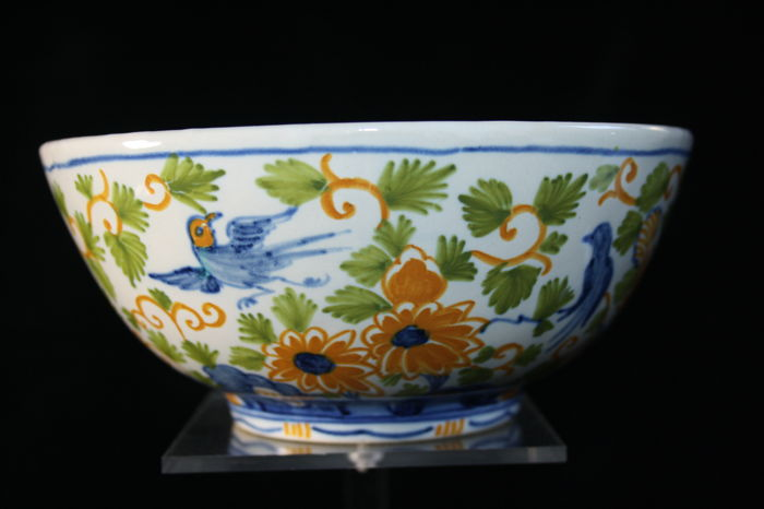 Koninklijke Tichelaar Makkum – Gorgeous bowl with a decor of flowers and birds (1930-1940)