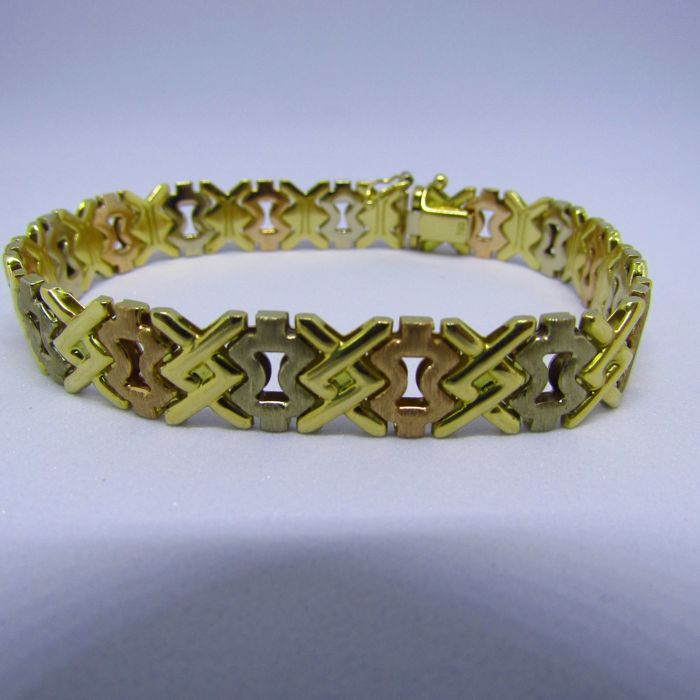 Three-tone smooth and faceted 18 kt gold bracelet. Weight: 20.20 g