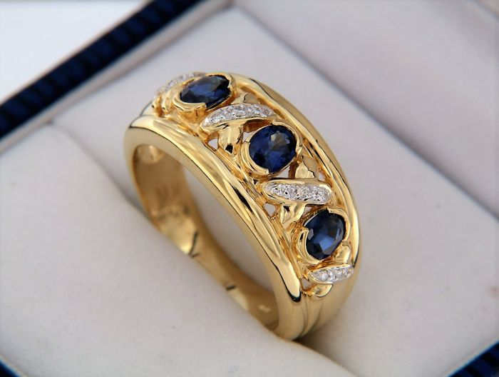 18kt gold ring with diamonds and sapphires - ring size: 57
