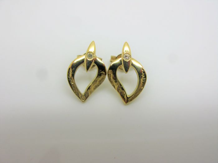 Yellow gold earrings (18 kt / 750), finely crafted with natural diamonds totalling 0.02 ct