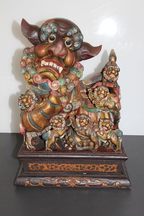 Food dog statue, richly sculpted in solid wood, polychrome - China - 20th century