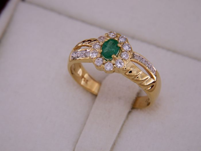 Ring in 18 kt gold + emerald + diamonds, size 52