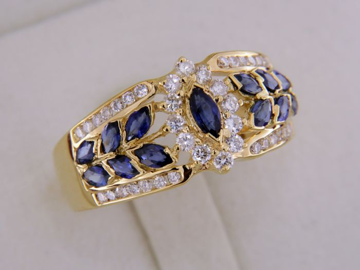 Gold ring with 13 shappires - The center is surrounded with diamonds - Size 59
