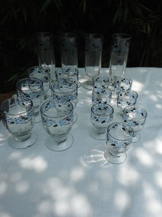 16 enamelled glasses with floral decor signed Daum Nancy
