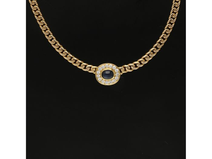 18 kt Yellow-gold curb-link necklace, set with a cabochon-cut sapphire and 15 brilliant-cut diamonds of approx. 0.45 ct in total - length: 43.5 cm